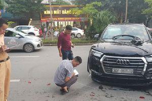 Clip cận cảnh Audi Q5 bất ngờ đụng trúng người đi đường rồi giật lùi băng qua giải phân cách tông xe liên hoàn