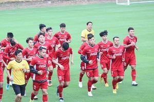 Các cầu thủ Việt Nam đồng loạt ép cân chờ ngày đấu Malaysia