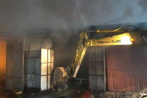 Cháy lớn kho hàng gần bến xe Nước Ngầm, huy động máy xúc tới chữa cháy