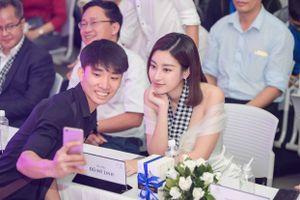 Hoa hậu Đỗ Mỹ Linh diện đầm trễ vai xinh đẹp giao lưu với sinh viên Nha Trang