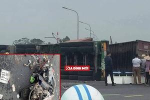 Hà Nội: Va chạm kinh hoàng, xe container lật ngang, thùng xe đè lên 2 người đi xe máy
