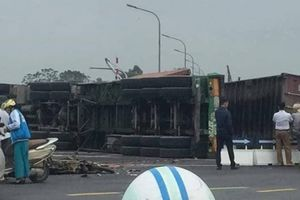 Xe container lật, đè chết hai mẹ con giữa đường Hà Nội