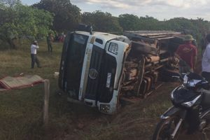 Lật xe tải chở cột điện, 2 người tử vong