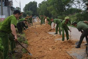 Công an Đông Triều giúp dân mở rộng, xây dựng đường liên thôn