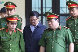 Vụ đánh bạc nghìn tỷ: Bị cáo Phan Văn Vĩnh cúi đầu khi bước vào Tòa