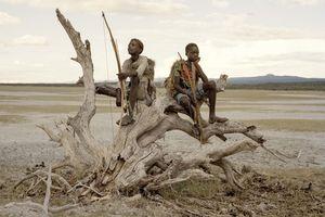 Ảnh lột tả cuộc sống kỳ lạ của bộ lạc săn bắn cuối cùng ở Tanzania