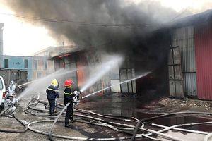 Khẩn trương điều tra nguyên nhân cháy kho hàng gần bến xe Nước Ngầm