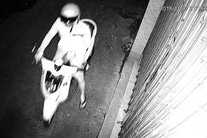 Camera ghi cảnh thanh niên tạt nhớt vào nhà người phụ nữ 2 con