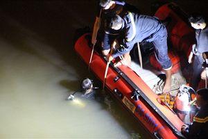 Người nhái thâu đêm lặn tìm nam thanh niên nghi nhảy xuống sông Sài Gòn