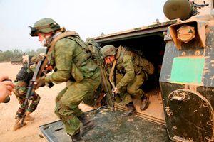 Lạ lẫm quân đội Nga tập trận với xe thiết giáp Mỹ