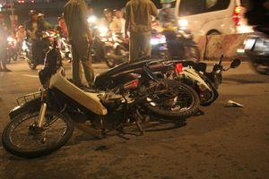 Ô tô điên tông 4 xe máy, 5 người thương vong ở TP.HCM
