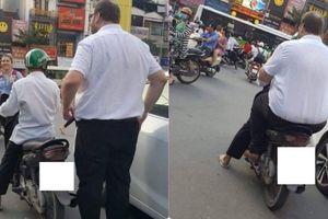 Hình ảnh hài hước: Tài xế Grab nhỏ bé chở người đàn ông ngoại quốc trên phố