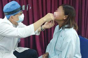 Người phụ nữ suýt mù vì viên đạn 'lạc' vào mắt