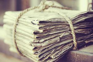 Trước khi vứt giấy báo cũ, ít nhất hãy vo lại bỏ vào tủ lạnh một đêm