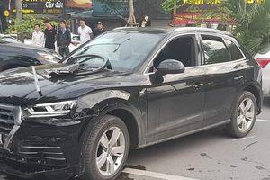 Audi Q5 hạ gục xe máy, đâm móp xe 'Mẹc' trên phố Hà Nội