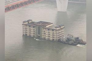 Nhà hàng 5 tầng được đẩy trôi trên sông gây kinh ngạc