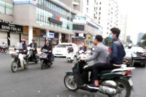 Nhiều người tham gia giao thông không đội mũ bảo hiểm
