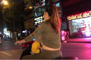 Sốc với cảnh người mẹ một tay lái xe máy, một tay ôm con bú trên đường