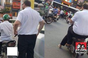 Tài xế Grab đèo vị khách Tây trên phố khiến nhiều người phải 'ngoái lại nhìn'