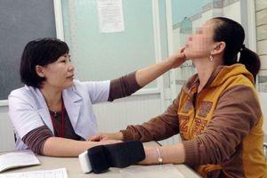 Người phụ nữ 48 tuổi đang bình thường bất ngờ lác mắt