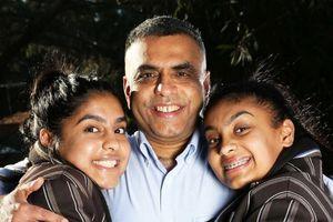 2 con gái viết thư đề cử Giải thưởng Người cha của năm cho bố đẻ