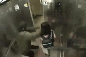 Định giở trò đồi bại, gã 'yêu râu xanh' bị bé gái hạ gục trong thang máy
