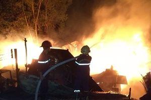 Cháy cơ sở sản xuất gỗ, một gia đình may mắn thoát nạn
