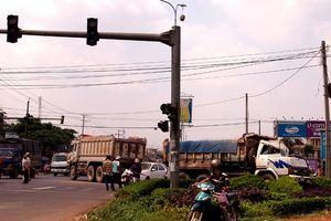 Xe khách 'húc văng' hàng loạt xe máy đang dừng đèn đỏ