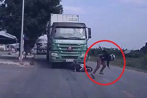 Clip: Thanh niên đi xe máy bỏ của chạy lấy người, thoát chết ngoạn mục trước đầu xe tải