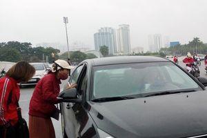 Cận cảnh 'phe vé' chèo kéo, làm giá với khách xem trận Việt Nam vs Malaysia