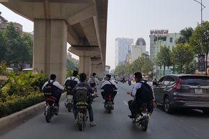 Nhiều học sinh không đội mũ bảo hiểm khi tham gia giao thông