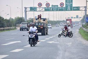 Xử lý nghiêm xe máy đi vào làn ô tô trên Đại lộ Thăng Long