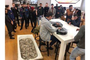 Nhóm thanh niên Nga mang bồn tắm đầy tiền xu mua iPhone XS