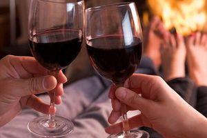 Uống rượu trước khi 'yêu': Thăng hoa hay nguy hiểm?