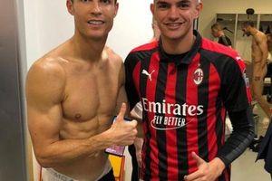 Ronaldo vô tình làm lộ 'của quý' của đồng đội