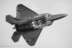 Cận cảnh khoang bom và khả năng mang vác vũ khí của F-22 Raptor