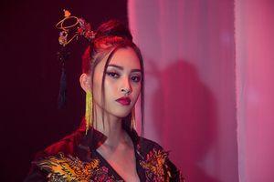 Trần Tiểu Vy đẹp ma mị, mang hit 'Lạc trôi' đến Miss World
