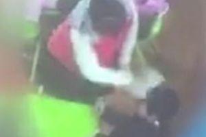 Hai giáo viên đánh, đá học sinh bị bắt