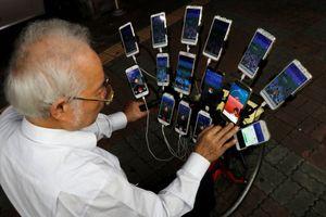 'Ông bác Pokemon' quyết tâm bắt hết Pokemon bằng 15 điện thoại