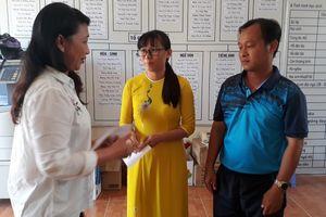 Liên đoàn lao động H.Phú Quốc hỗ trợ mỗi giáo viên khó khăn 1 triệu đồng