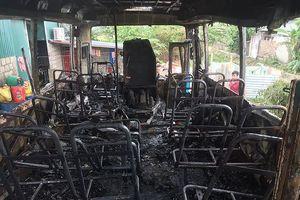 Xe chở công nhân bốc cháy dữ dội khi đỗ bên đường