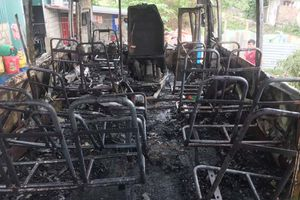 Xe chở công nhân bốc cháy dữ dội, trơ khung sắt