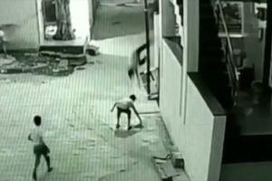 Cậu bé may mắn kỳ diệu khi rơi từ mái nhà tầng 3 cao 12 mét