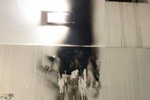 Đèn sưởi trong nhà tắm đột ngột nổ như pháo hoa, bà mẹ chưa hết bàng hoàng, ai đang dùng nên cẩn thận