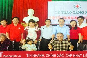Đội tuyển U23 Việt Nam trao xe lăn cho người khuyết tật Kỳ Anh