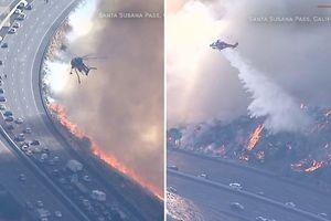 Clip trực thăng dập đám cháy rừng mở đường cho ô tô qua cao tốc ở Mỹ