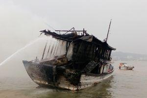 Tàu vỏ gỗ bất ngờ bốc cháy ngay trong xưởng sửa chữa