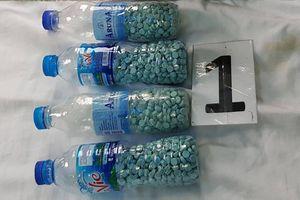 Nhét gần 2.000 viên ma túy vào chai nước suối để bán cho các nhà nghỉ, khách sạn