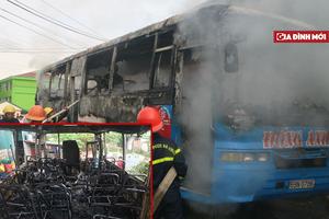 Thanh Hóa: Xe ô tô chở công nhân bất ngờ bốc cháy sau khi vào gara sửa chữa