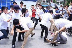Nam sinh lớp 8 bị nhóm người lạ chặn đánh dã man trước cổng trường